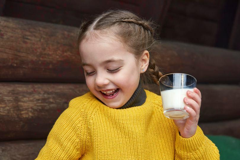 girl_milkglass_lapland_valio2018_Lores.jpg