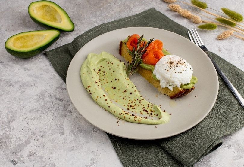 Тост с лососем и творожным гуакамоле.jpg